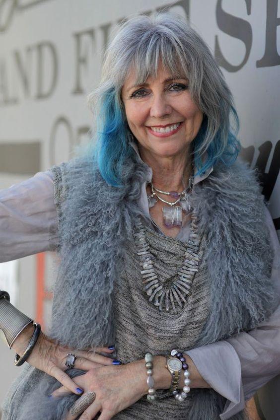 Картинка старушка с синими волосами