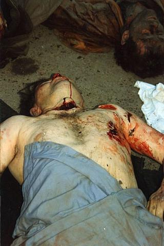 Это Ингуш,участковый из поселка Карца Пригородного района,Иса Хучиев с перерезанным горлом. А убили его его же осетинские коллеги- милиционеры по работе