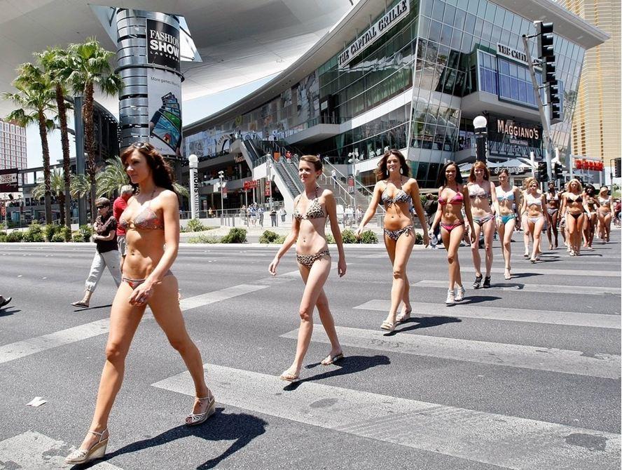 Женщины в бикини идут по Лас-Вегасу