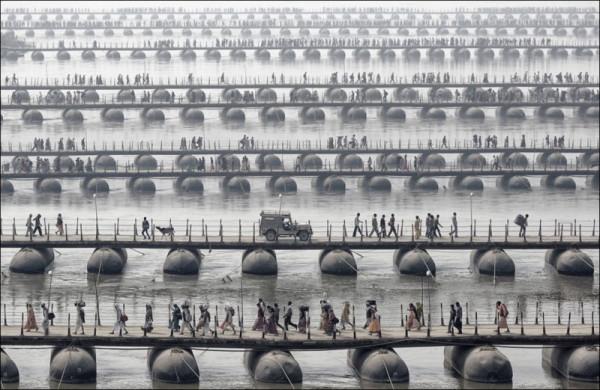 Паломники и богомольцы на понтонных мостах в Индии