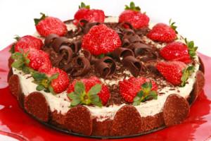 Torta-al-cioccolato-panna-e-fragole.jpg