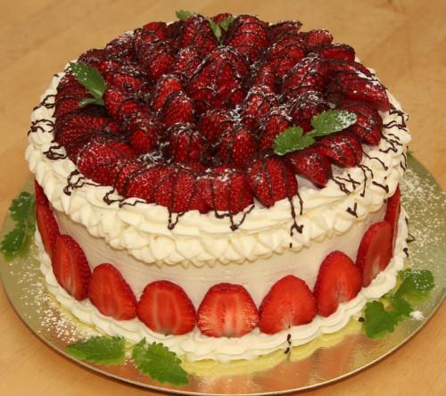 Торт с клубникой украшение