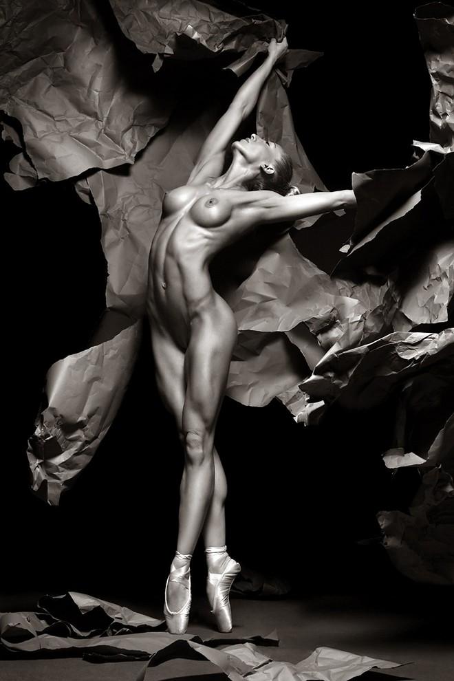 зрелище голая красиво танцующая девушка клетки