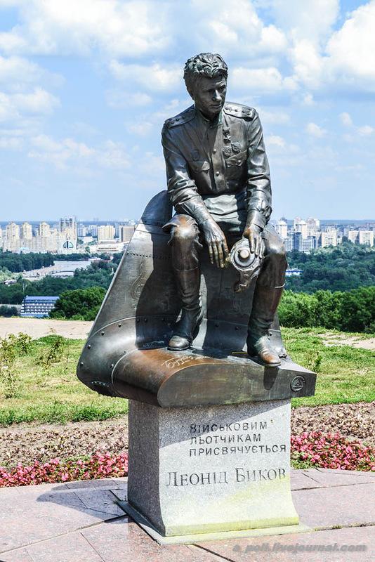 Памятник военным летчикам на Днепровском спуске в Киеве