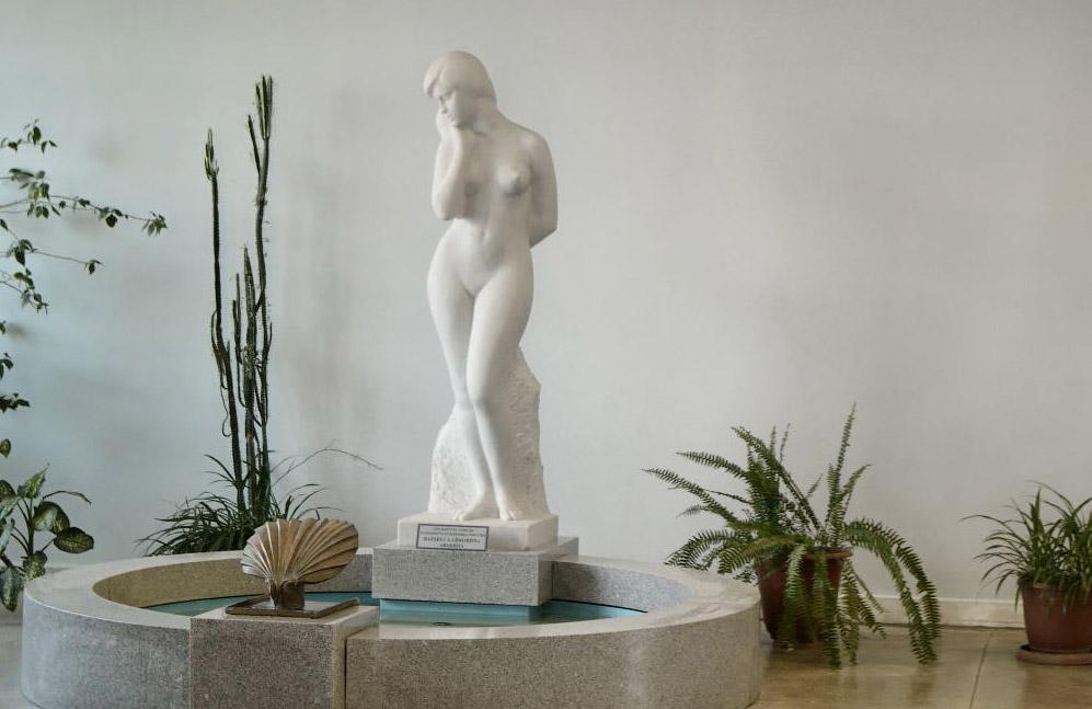 ЮУРГУ, корпус 3Б фойе, фонтан, скульптура обнаженная. Скульптор Авакян. фотограф Челябинск