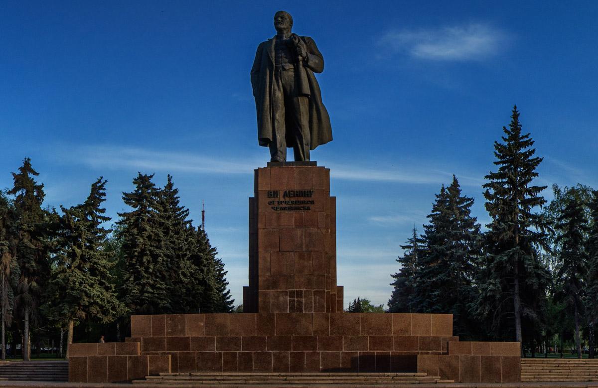 Челябинск, памятник Ленину в самом центре на реставрации. До осени