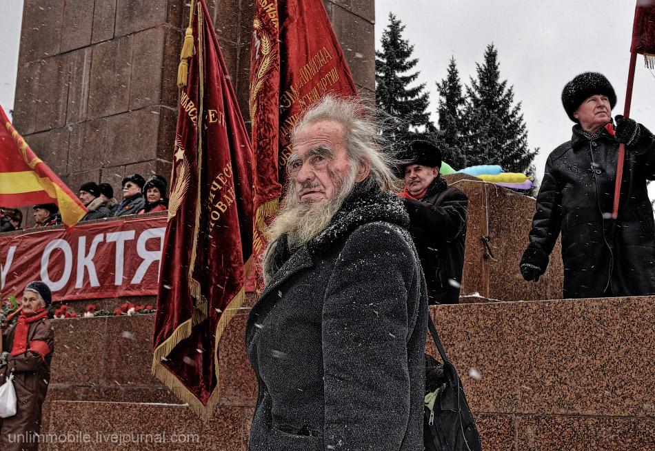 7 ноября - все в России меняется, человек с сумой - вечен!
