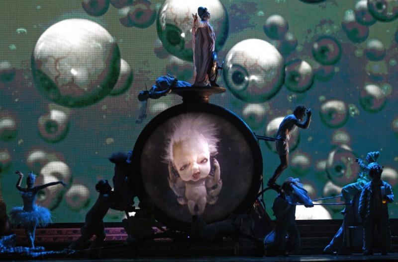 Шестирукий младенец из программы «Zarkana» (2011) цирка «Дю Солей»