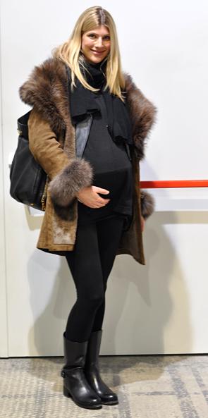 коричневые сапоги с синим пальто фото
