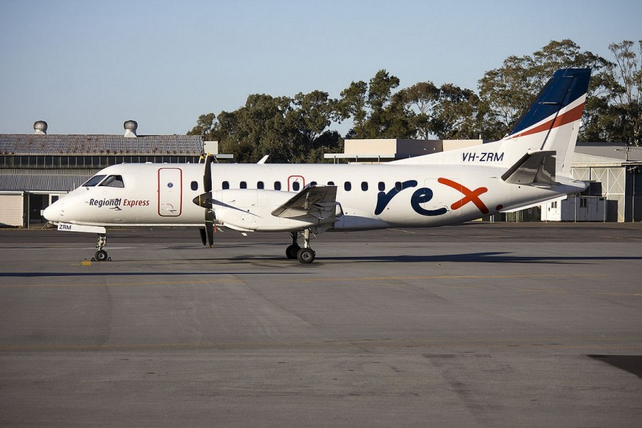 1280px-Regional_Express_Airlines_(VH-ZRM)_Saab_340B_parked_on_the_tarmac_at_Wagga_Wagga_Airport