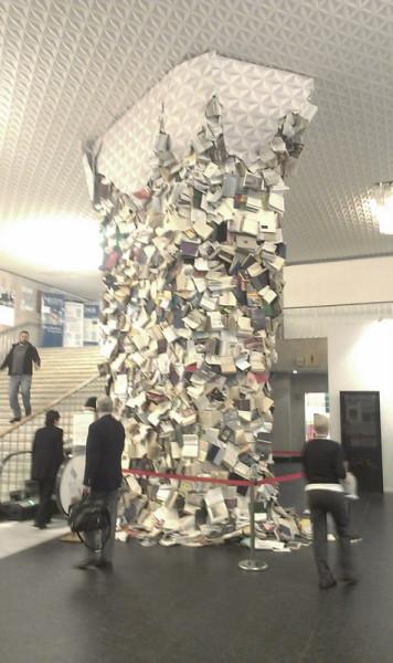 Книжный столб на первом этаже ЦДХ