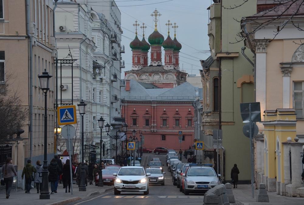 6a67bea40 Живописный Петровский переулок ведёт к Высоко-Петровскому монастырю.