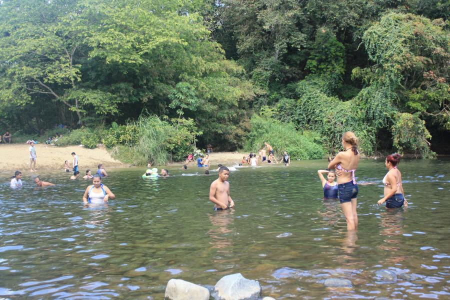 Парни купаются на речке фото 558-735