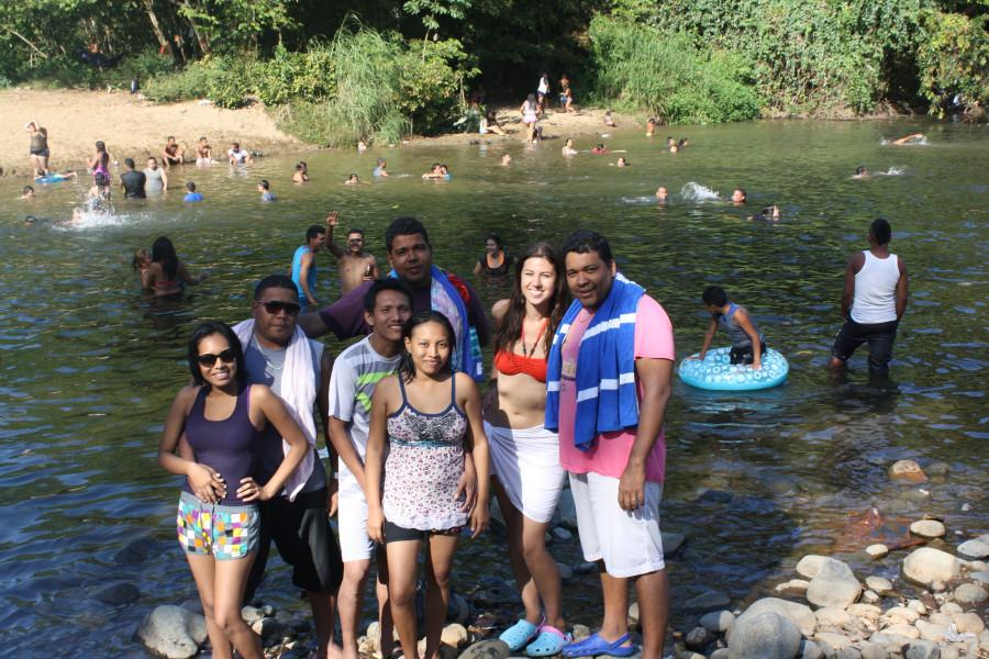 Парни купаются на речке фото 558-491
