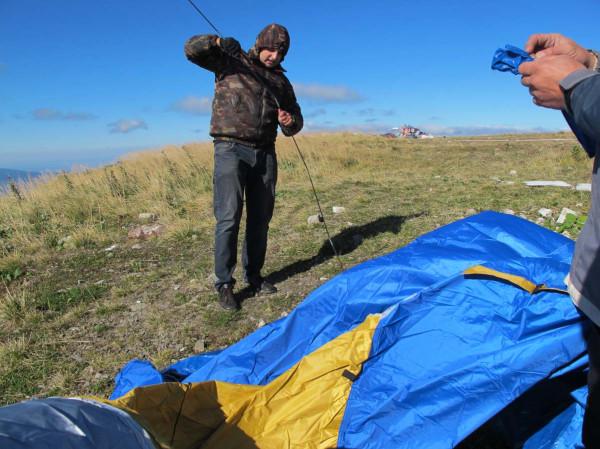 Ярик собирает дуги для палатки