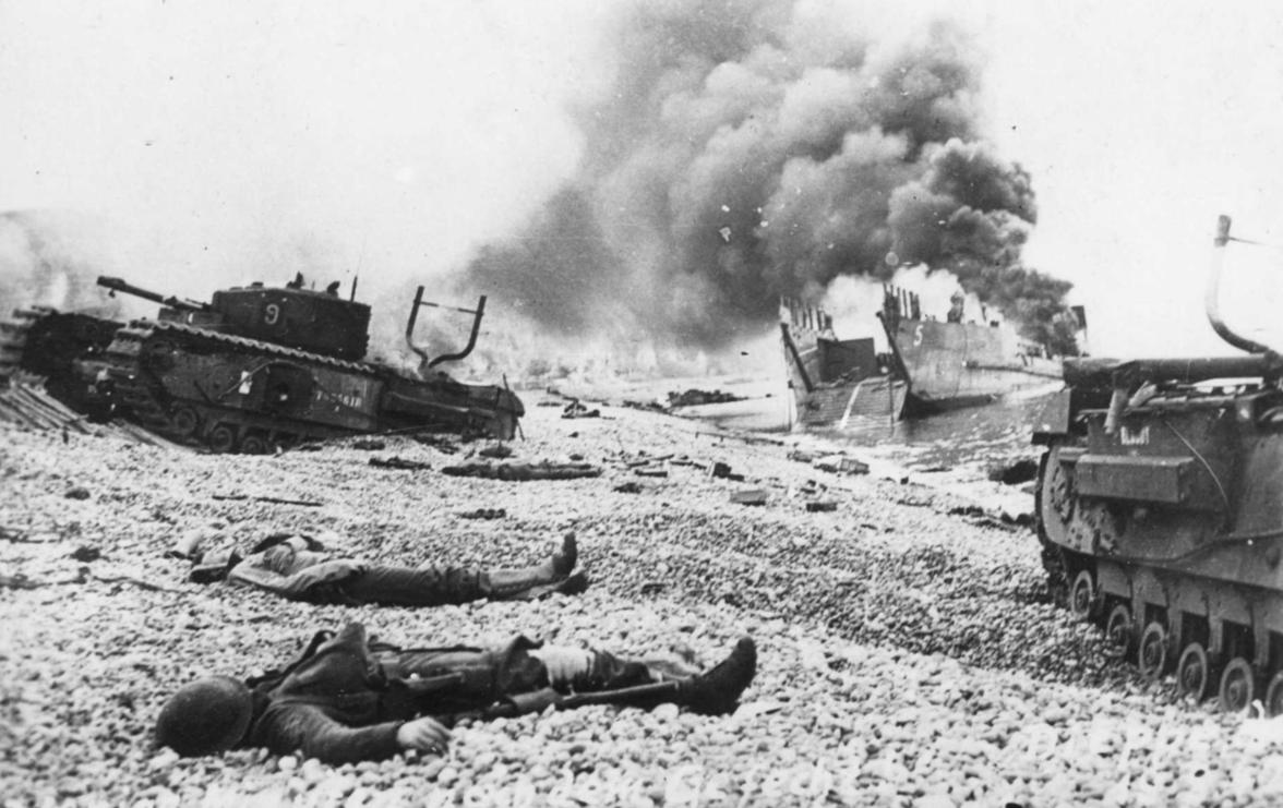 Погибшие десантники и уничтоженная техника на береговой полосе у Дьепа