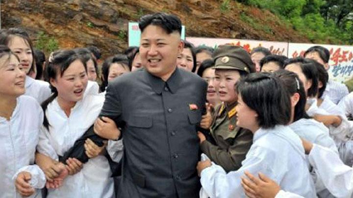 Девушки хватают Ким Чен Ына