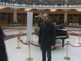Костя играет пианино