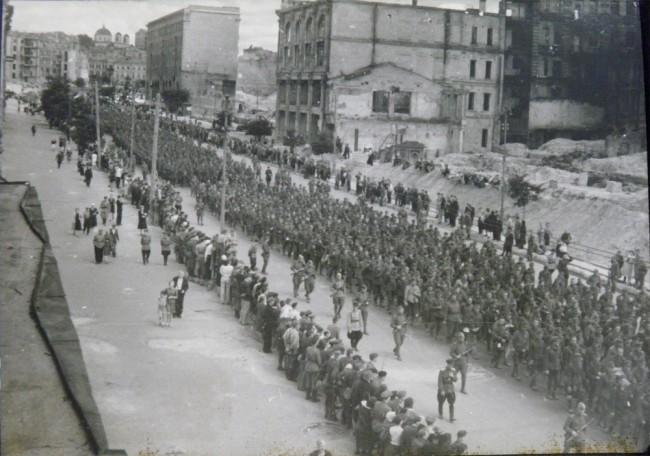 Марш пленных немцев по Крещатику, фото сделано с козырька ЦУМа