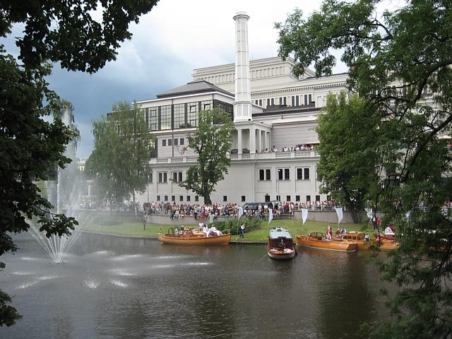Праздник города. Деревяные суда на Городском канале - конечный пункт