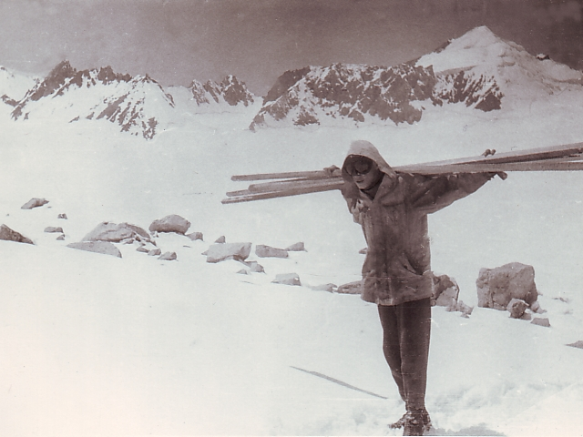 Володька с рейками для измерения скорости движения ледника
