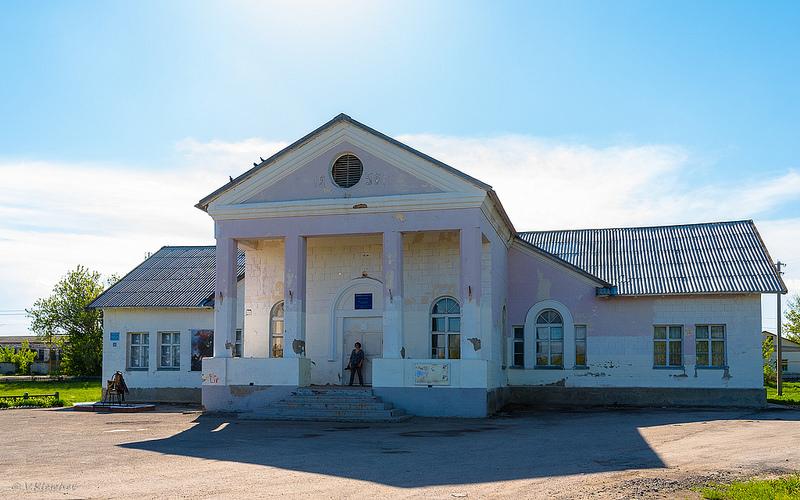 Дом культуры села Верхняя Маза. На фронтоне дата 1956г.