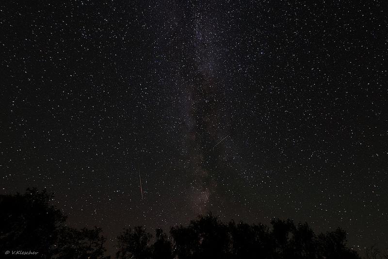 Млечный путь и пара ярких метеоров