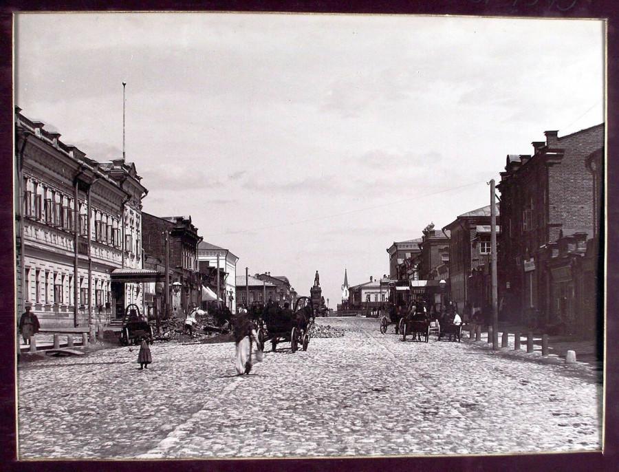 1889 - Вид на Дворянскую улицу с юга (Пионерская), здание городской управы (Куйбышева, 48).jpg