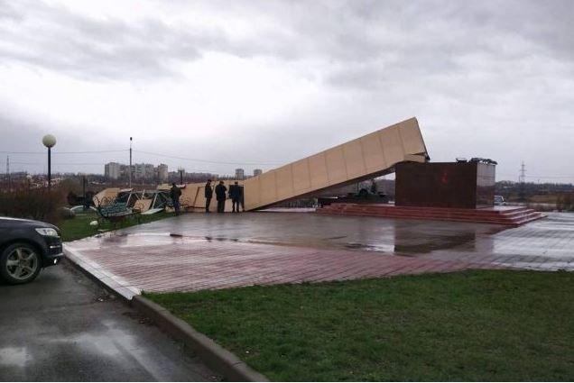 Память оказалась недолгой:  В России рухнул новопостроенный памятник строителям