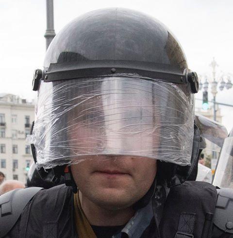 Ноу-хау московского ОМОНа: Даже российские полицаи понимают, что расплата близка и прячут свои рожи от народа