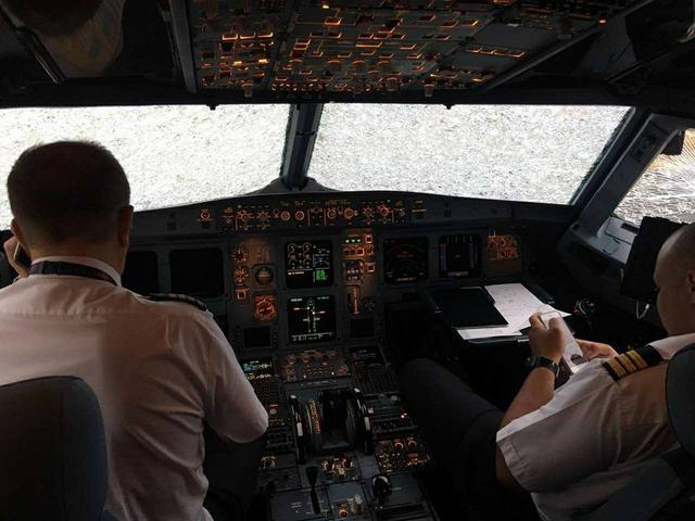 Украинские пилоты несмогли лететь из-за града вСтамбуле