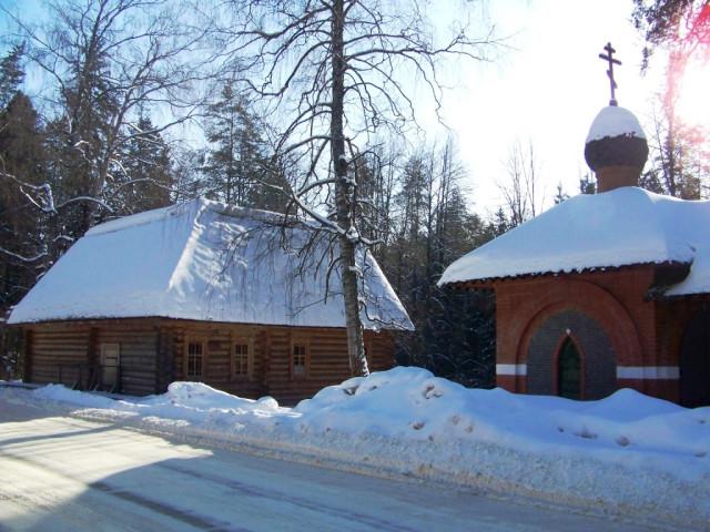 Дальняя пустынка. В 1990 г. на месте кельи о.Серафима была установлена деревянная часовня, а в 2000 г. - рядом появилась каменная часовня