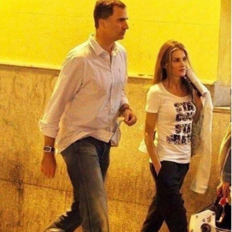 Король Филипп и королева Летисия иду в кино