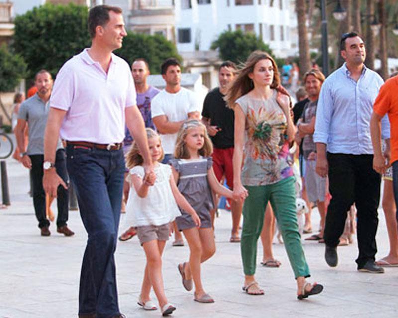 Король Филипп и королева Летисия гуляют с детьми