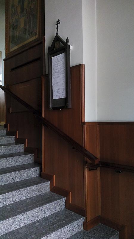 Войдя в храм справа можно увидеть расписание богослужений.jpg