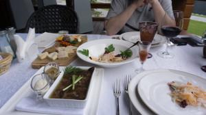 Холодец из лосятины, капуста по-алтайски и кедровка (в рюмке). Это закуска.