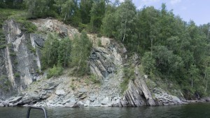 Скалы вокруг Телецкого озера, как правило, слоёные.