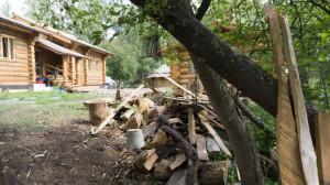Заимка у посёлка Большой Яломан ещё не достроена, но главный дом из лиственницы уже готов.