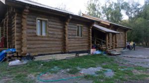 Главный дом заимки срублен из лиственницы