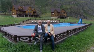 С Юрием Шамковым, алтайским москвичом в одной из современных алтайских усадьб.