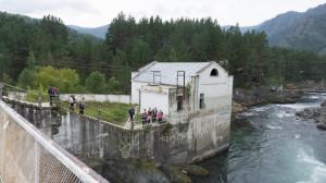 Катунь. Здание Чемальской ГЭС, которая до начала 2000-х исправно вырабатывала электричество. А построена в 30-е годы.