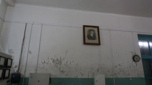 Облупившиеся стены - свидетельство того, что иногда вода в Катуни поднимается до этого уровня.