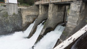 Плотина и водосбросы Чемальской ГЭС.