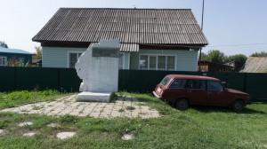 По дороге из Бийска в Горно-Алтайск нельзя не заглянуть в Сростки. Здесь стоял дом Шукшиных. Не сохранился.