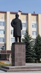 Памятник Владимиру Ленину в Бийске уникален. Ленин здесь в зимнем пальто с меховым воротником и в шапке.