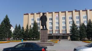 Раньше это был Бийский горком КПСС (потому и памятник Ленина), а теперь - городской суд.