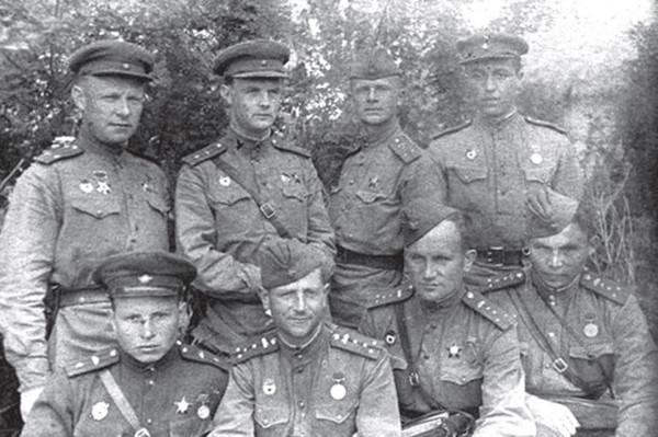 Кошаев на фронте (внизу слева)