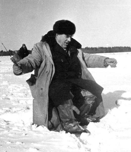 Любимое хобби В. Елютина - рыбалка. 1973 г.