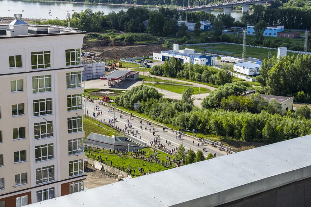 Народ повалил к новой площади, проспект Притомский перекрыли для автомобилей.