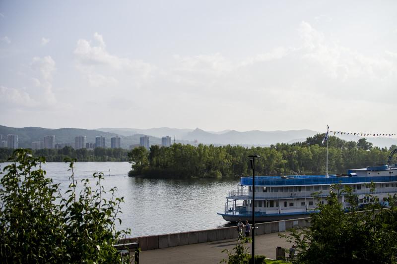 Свердловский район вдалеке.
